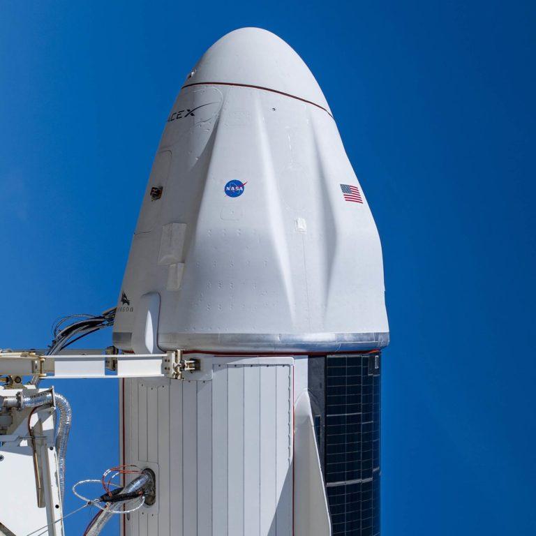 La version améliorée du vaisseau spatial Cargo Dragon de SpaceX, Dragon 2, est vue au sommet d'une fusée Falcon 9 le 2 décembre 2020