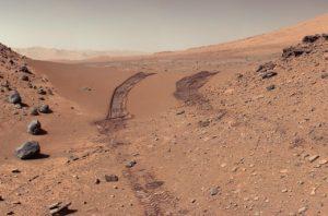 """Vue du sol martien et de rochers depuis Curiosity après que l'astromobile ait franchi """"Dingo Gap"""" (9 février 2014)"""