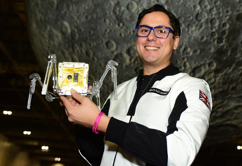 Pavlo Tanasyuk présente un prototype du rover Asagumo