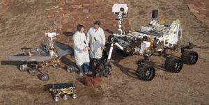 Deux ingénieurs du JPL posent avec Curiosity pour rendre compte de la taille du rover