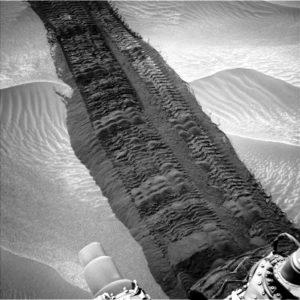 Emprunte laissée derrière les roues du Rover Curiosity.