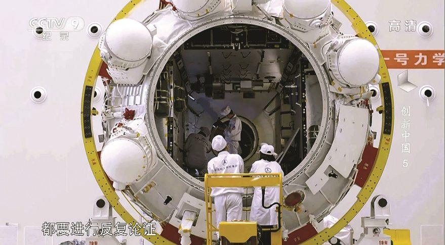 inspection du module principal de la future station chinoise.