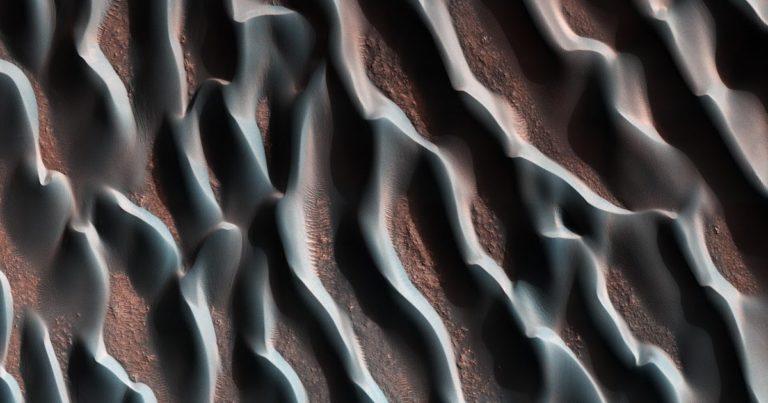 Vue aérienne des dunes d'Hellas Planitia