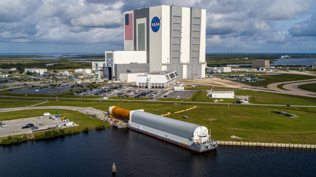 Le premier étage du SLS arrive en Floride