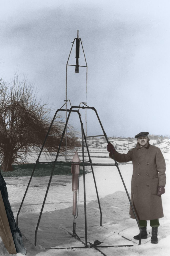 Goddard pose devant sa fusée
