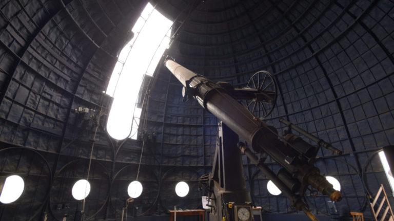 """La 'Lunette Arago"""" sous la coupole Arago, est une monture équatoriale datant du XIXè siècle, qui présente des dimensions de 38cm de diamètre et 9m de focale, en faisant la plus grande lunette de l'époque © La Prod est dans le pré"""