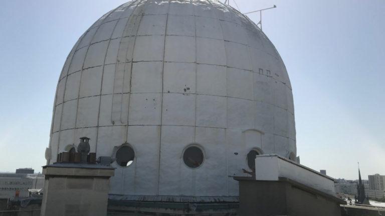 La Coupole Arago, de vingt tonnes et en cuivre, est juchée sur le toit de l'Observatoire. Inaccessible au public, elle abrite la Grande Lunette. La particularité de la structure réside dans le fait que ce n'est pas l'instrument à l'intérieur qui tourne, mais la coupole © N. Lesage