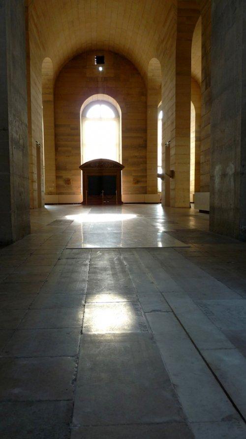 """Dans cette salle dite """"méridienne"""", le méridien est représenté par cette ligne de laiton (au centre). Orné d'un dallage en marbre, douze plaques s'y ajustent où figurent les signes du zodiaque (au fond). La lumière provient d'un petit orifice à 10m de hauteur (en haut), projetant différemment sur la ligne la lumière en fonction de l'heure de la journée et de la saison (soit en fonction de l'inclinaison du soleil) © Observatoire de Paris / J. Berthier"""