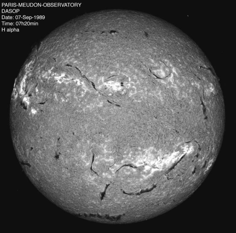 """Résultant du procédé précédent, ce spectrohéliogramme du Soleil a été faite dans la zone dite de la """"raie H alpha"""". Comme illustré dans l'image suivante, la lumière visible solaire est décomposable en un spectre, dont la longueur d'onde va de 656 nanomètres à 393nm. L'image ci-contre fait partie du début de ce spectre, où l'hydrogène a laissé son empreinte"""
