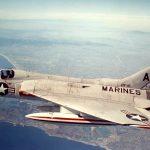 Photo d'un avion de chasse F4D-1 Skyray en vol. Ce modèle a notamment été piloté par Bruce McCandless lors de sa carrière en tant que pilote. ©US Navy