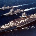 Les croiseurs à propulsion nucléaire USS Bainbridge (CGN-25) (alors catégorisé comme destroyer) et USS Long Beach (CGN-9) aux côtés de l'USS Enterprise en 1964. ©US Navy